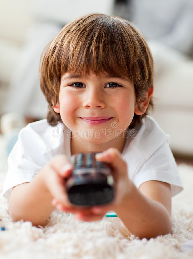 Ся мальчик миря TV лежать на поле стоковые изображения