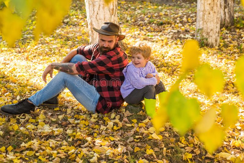 ся сынок отца Мальчик с его отцом в осени outdoors Счастливый радостный отец с милым сыном: перемещение стоковые фото