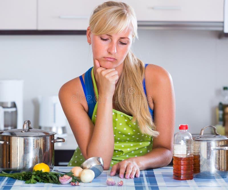 Слабонервная кухня женщины дома стоковое фото