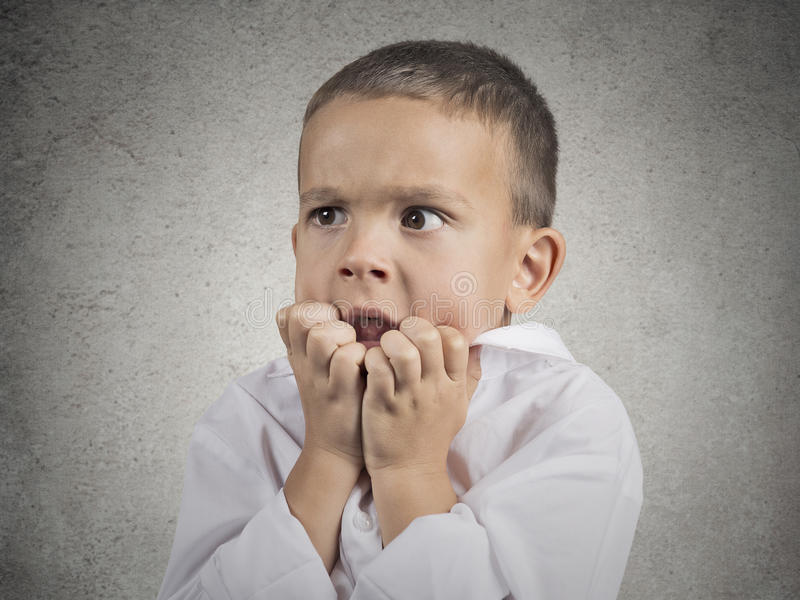 Слабонервные тревоженые усиленные ногти мальчика ребенка сдерживая стоковые изображения rf