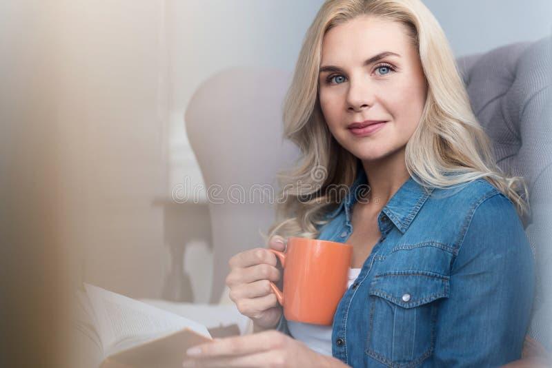 Славная белокурая женщина с чашкой стоковые изображения