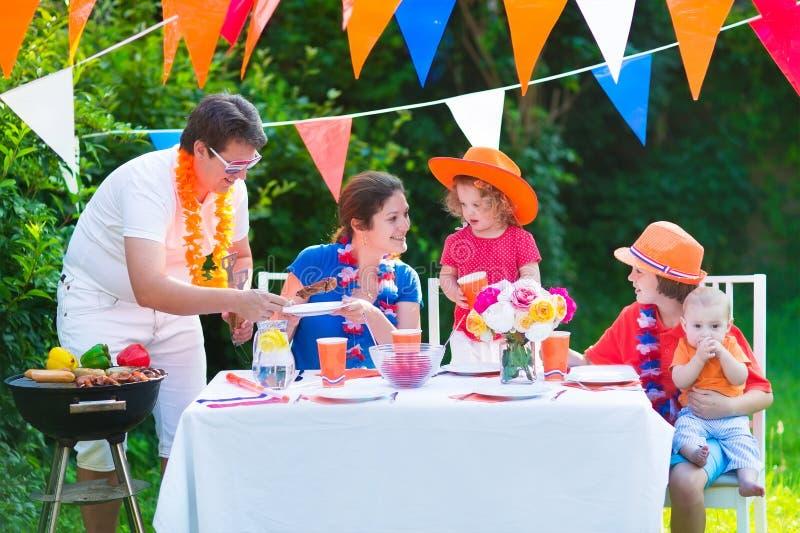 Славная голландская семья имея партию гриля стоковая фотография