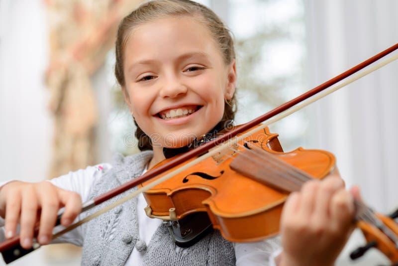 Славная девушка играя скрипку стоковая фотография rf