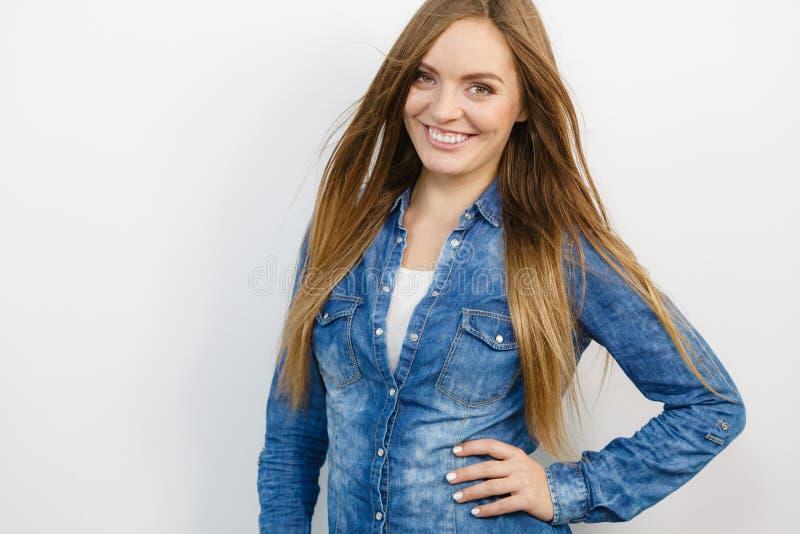Славная девушка смотрит straigh вперед с курткой джинсовой ткани стоковые изображения rf