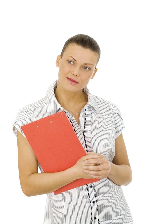 Славная женщина держа красную доску сзажимом для бумаги стоковое изображение