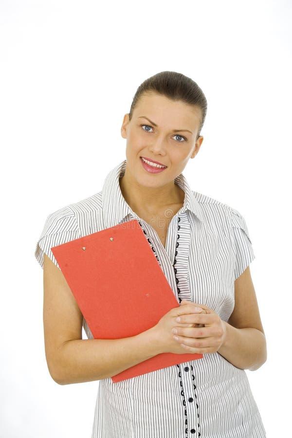 Славная женщина держа красную доску сзажимом для бумаги стоковые изображения rf