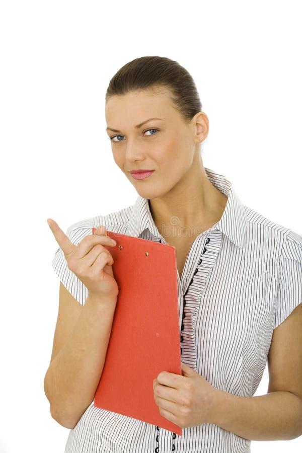 Славная женщина держа красную доску сзажимом для бумаги стоковые фото