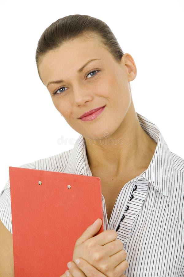 Славная женщина держа красную доску сзажимом для бумаги стоковые фотографии rf