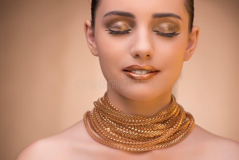 Славная женщина нося элегантные украшения стоковые фото