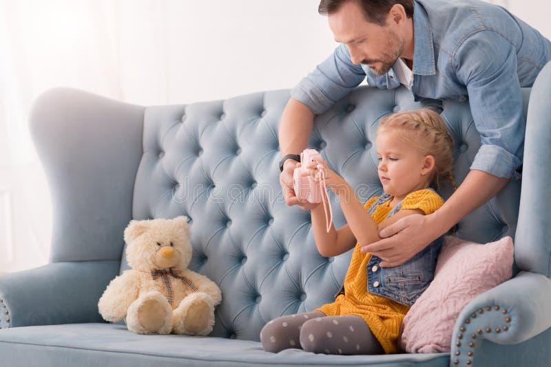 Славная красивая девушка держа камеру игрушки стоковое фото