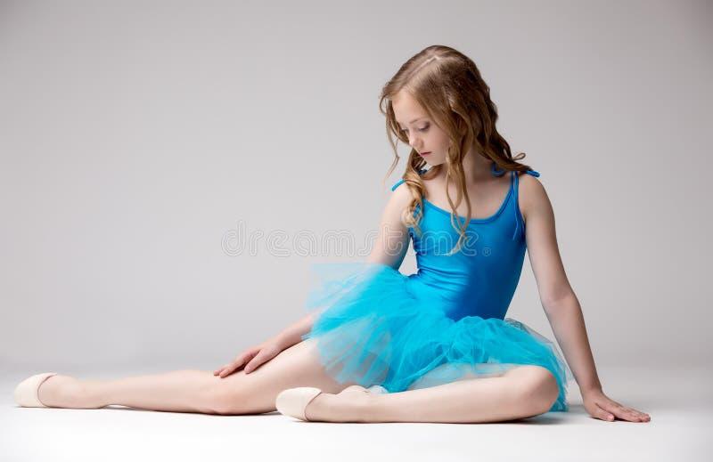 Славная маленькая балерина одетая в голубой балетной пачке стоковые фото