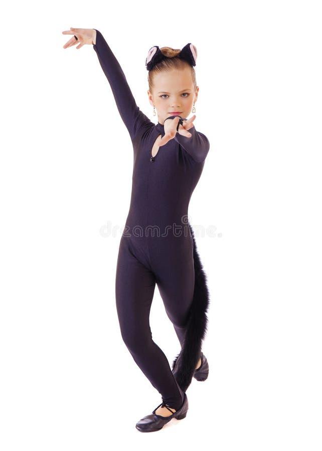 Славная маленькая девочка одетая как черный кот На белизне стоковые изображения