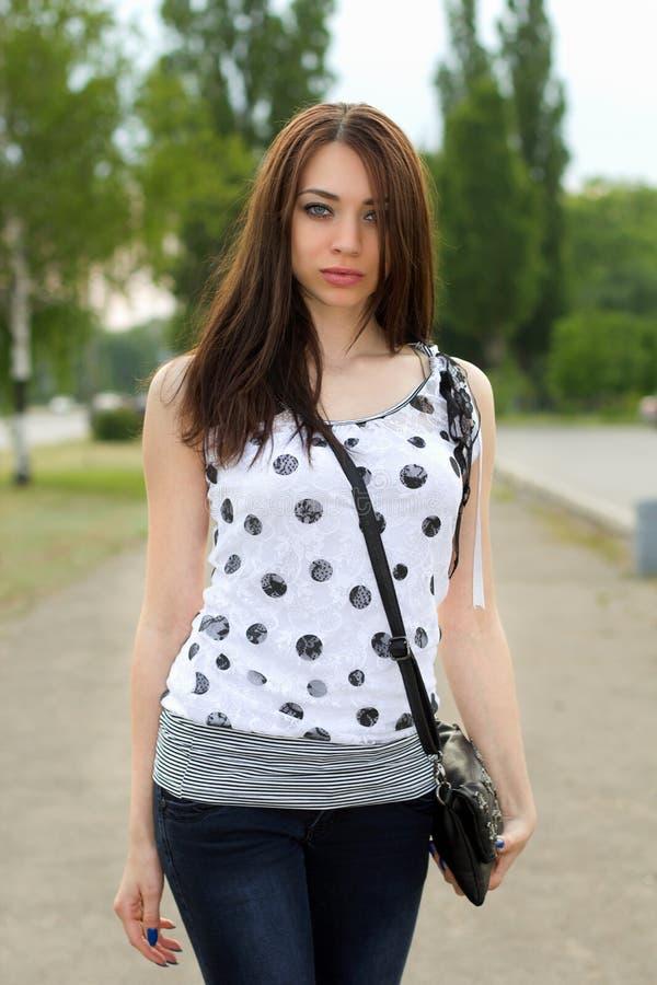 Download Славная молодая женщина Outdoors Стоковое Фото - изображение насчитывающей напольно, славно: 33739164