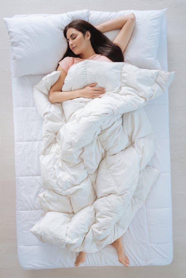 Славное заволакивание себя молодой женщины с одеялом стоковое фото rf
