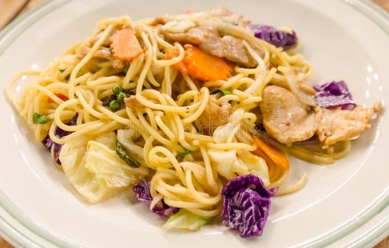 Славные зажаренные спагетти с свининой и овощем стоковое изображение