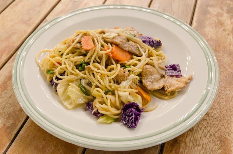 Славные зажаренные спагетти с свининой и овощем стоковое фото