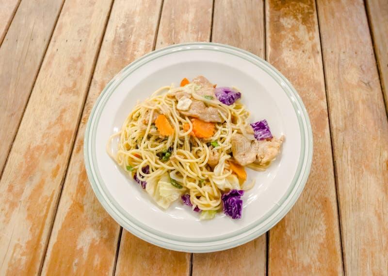 Славные зажаренные спагетти с свининой и овощем стоковое фото rf