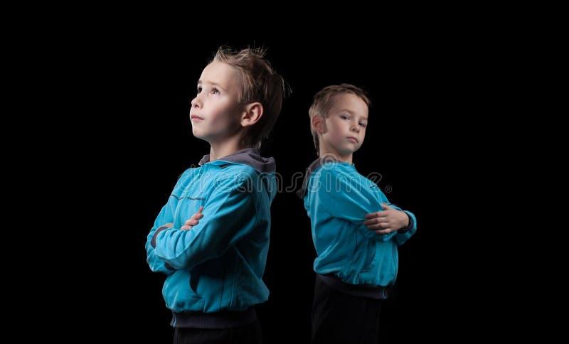 Славные маленькие близнецы на черной предпосылке стоковое изображение