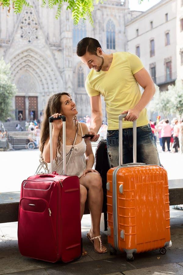 Славные молодые путешественники используя систему телефона проводя стоковая фотография rf