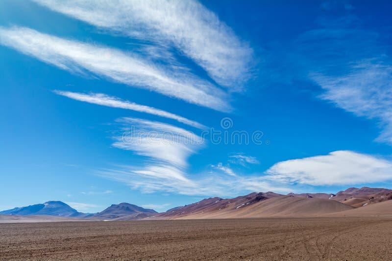 Славные облака на пустыне Салара Pujsa - Atacama, Чили стоковая фотография