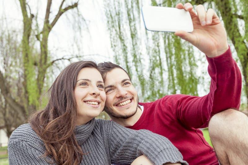 Славные парни пар принимают selfie ослабляя стоковые изображения