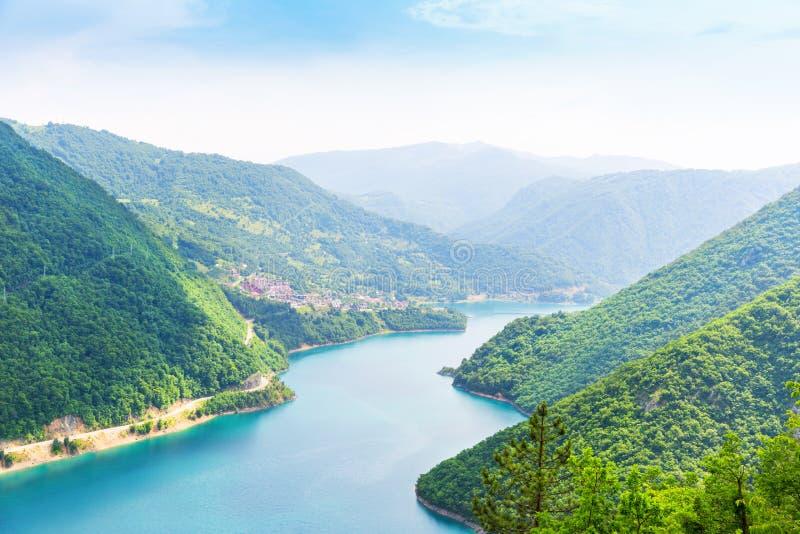 Славный взгляд голубых моря и гор стоковое изображение rf