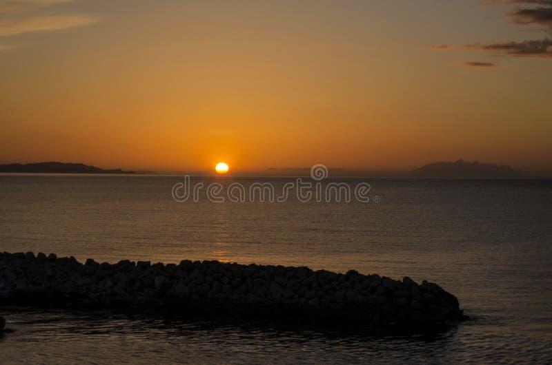 Заход солнца в Корфу от acharavi spiridon святой стоковые изображения