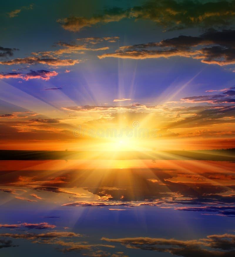 Славный заход солнца над водой стоковое изображение rf