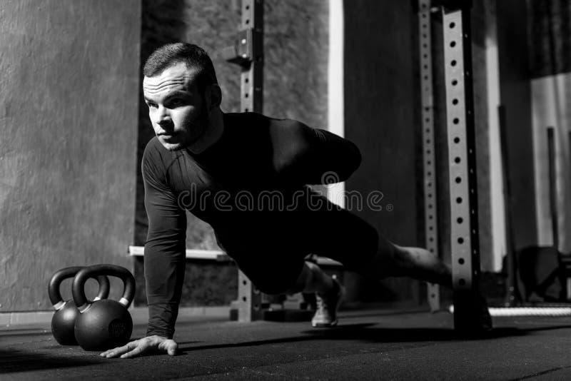 Славный сильный человек развивая его мышцы стоковые фото