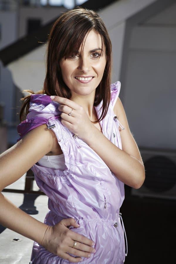 Славный brunete на балконе стоковые фото