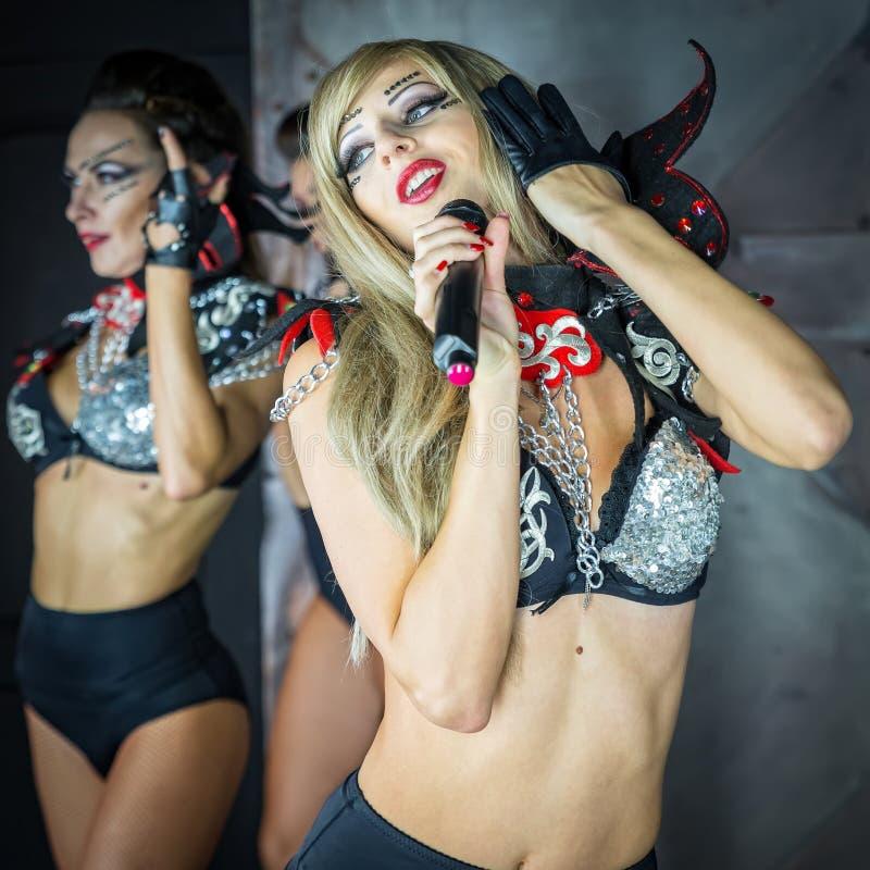 Девушка танцует в сексуалном платье