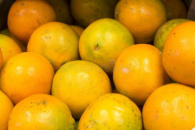 Сладкие апельсины приносить (mineola) на рынке в Arequipa, Перу стоковая фотография rf