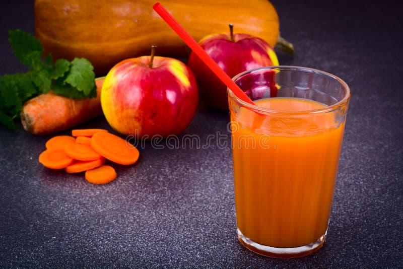 Сладостная вкусная морковь витамина, тыква, яблочный сок стоковые изображения