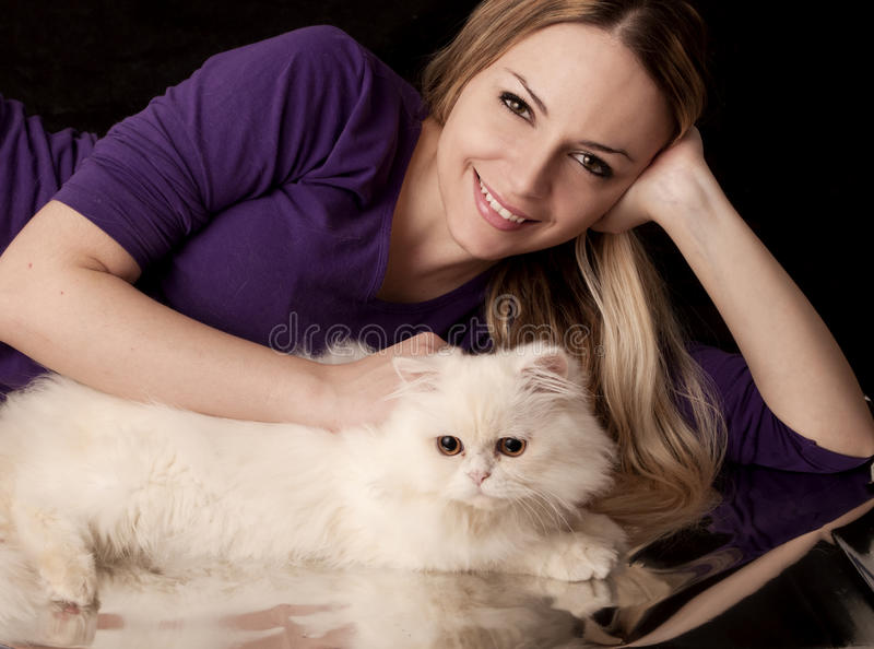 Сладостная девушка и кот стоковые фотографии rf