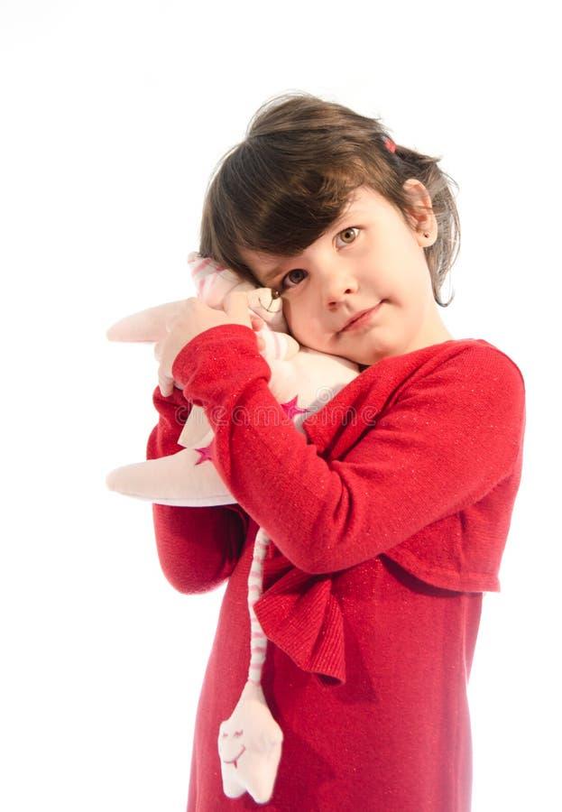 Сладостная красивая маленькая девочка играя с плюшем луны изолировала o стоковая фотография rf