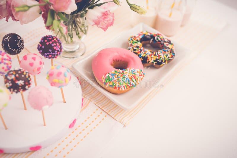 сладостная таблица стоковые фото