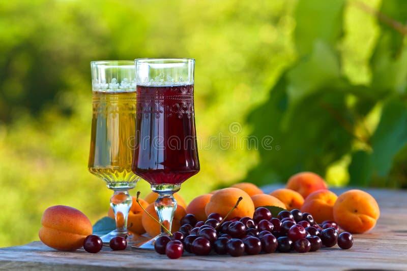 Сладостное вино с абрикосами и вишнями стоковая фотография rf