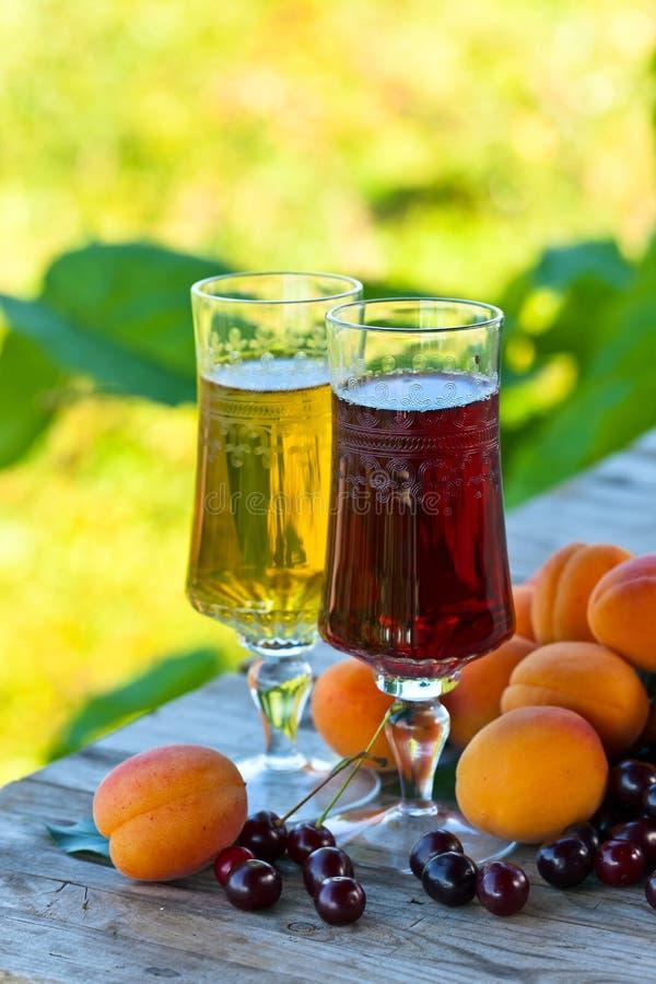 Сладостное вино с абрикосами и вишнями стоковые фото