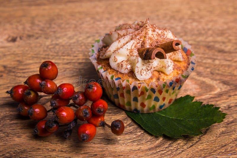 Сладостное пирожное с сливк масла, циннамоном и ягодой рябины стоковое фото rf