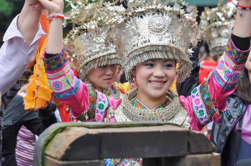 Сладостно усмехаясь женские исполнители народных песен стоковое фото rf