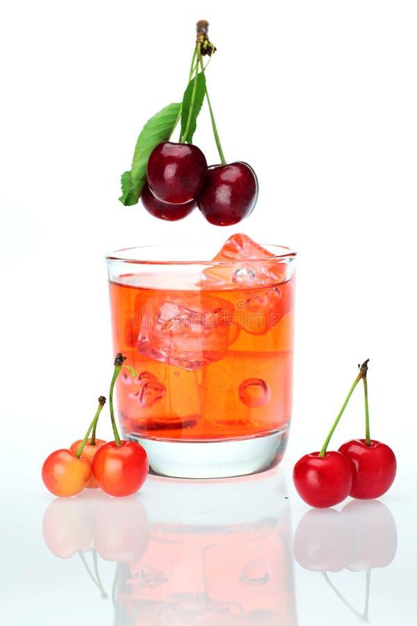 Сладостные вишни и чашка сока вишни стоковая фотография