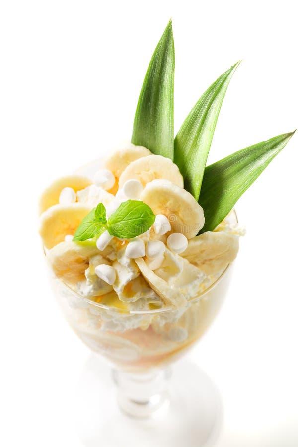 Сладостные десерты с мороженым банана и взбитой сливк стоковые фото