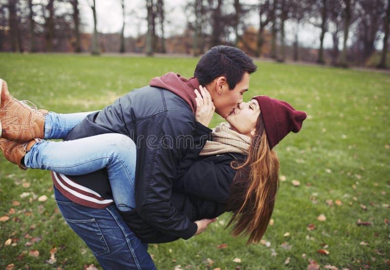 Download Сладостные молодые пары деля поцелуй пока на дате Стоковое Изображение - изображение насчитывающей мило, парк: 37925559