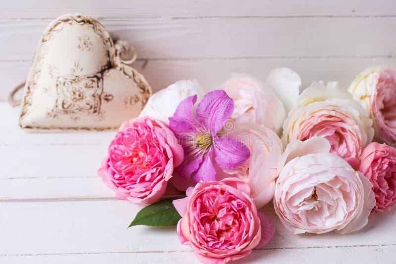 Сладостные пастельные розы, цветок clematis и декоративное сердце на whi стоковая фотография rf