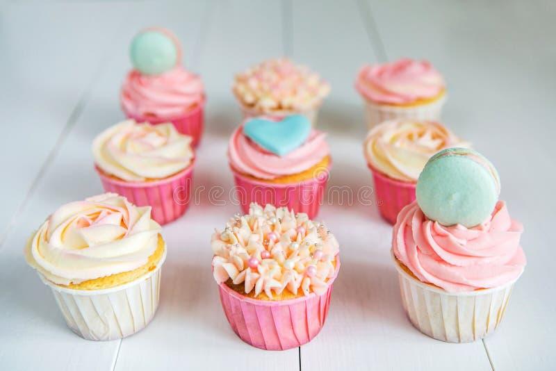 Сладостные пирожные с сливк, украшенным пряником, шариками и makarons для нежной уточненной девушки или маленькой принцессы стоковая фотография rf