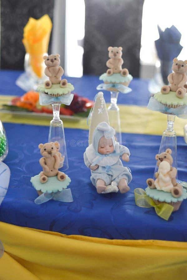 Сладостные плюшевые медвежоата и вечеринка по случаю дня рождения младенца стоковое изображение rf