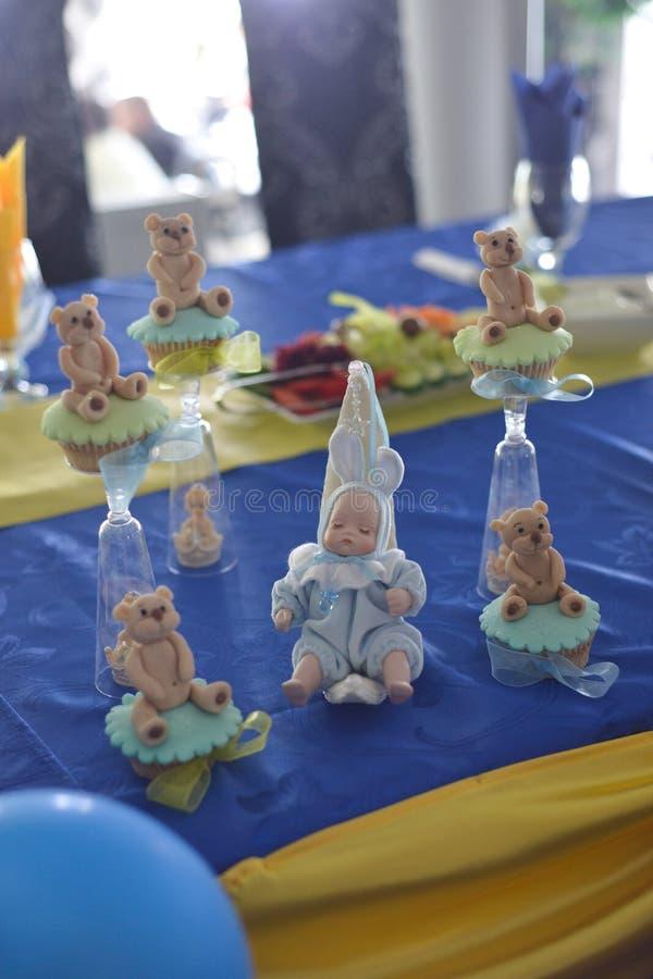 Сладостные плюшевые медвежоата и вечеринка по случаю дня рождения младенца стоковое изображение