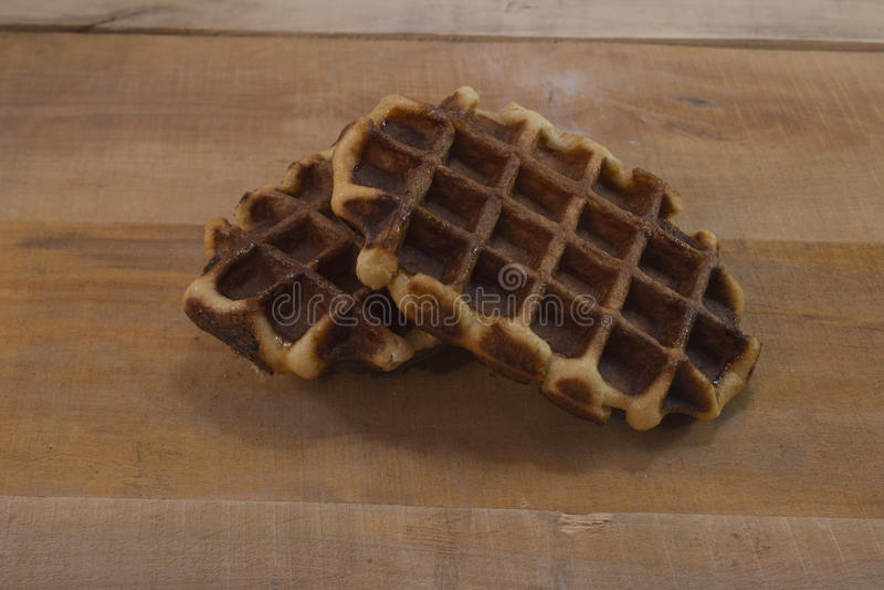 Сладостные свежие бельгийские waffles на деревянном столе стоковые изображения