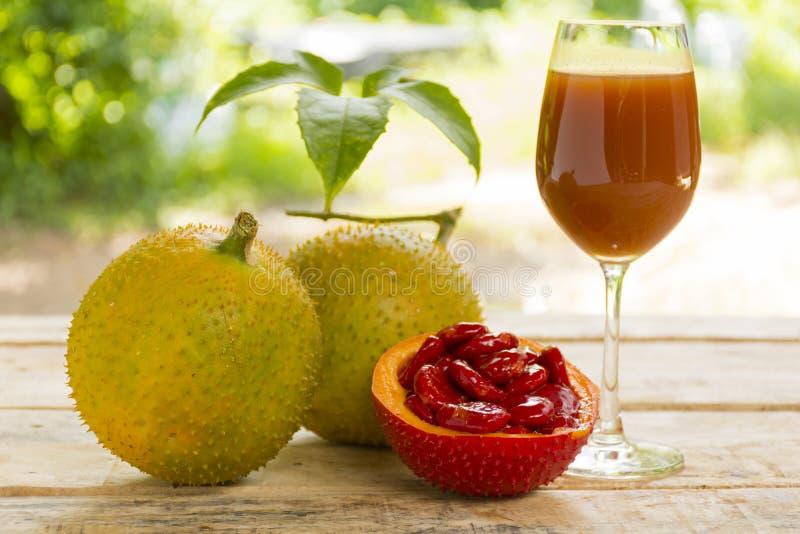 Сладостные тыква и сок на деревянной предпосылке плодоовощ для здоровья и stillife стоковые фотографии rf