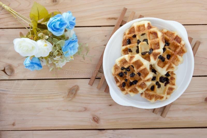 Сладостные waffles с розовым букетом стоковое фото rf